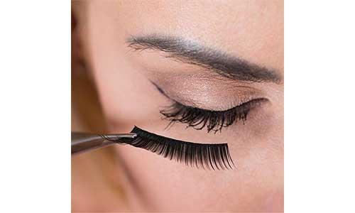 Mascara-application-on-eyelashes